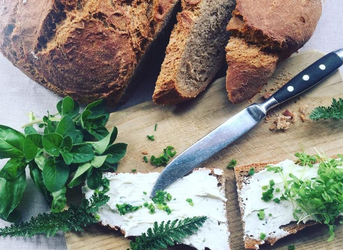 Brot mit Kräuteraufstrich